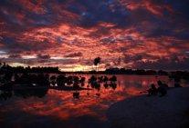 Puesta de sol en la localidad de Tangintebu, Kiribati