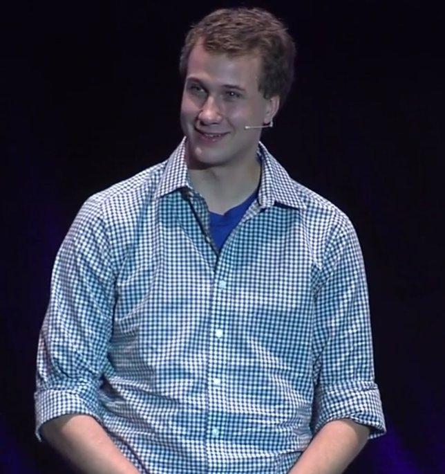 Ryan Hreljac durante una conferencia en Madrid en un congreso