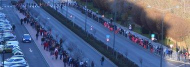 Foto: Alrededor de un millar de personas se unen en una cadena humana (EUROPA PRESS)