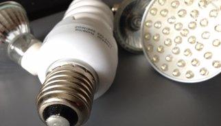 Indústria congela els peatges de llum el 2015 i xifra al 4,9% la baixada del rebut el 2014
