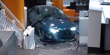 """Foto: Un policía al detener al hombre que empotró el coche en la sede del PP: """"¡Dime qué llevas ahí que tengo mujer e hijos!"""" (EUROPAPRESS)"""