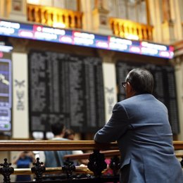 Foto: El Ibex 35 cierra con un caída del 0,27%, pero acumula una revalorización del 2,15% en la semana (EUROPA PRESS)