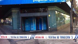 El PP comença a reparar l'entrada principal de la seva seu després de l'atac d'aquest divendres