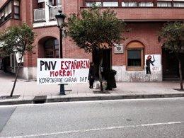 Foto: Colocan pancartas contra el PNV y la Ertzaintza frente al batzoki de Gernika (PNV)
