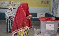 Una mujer tunecina votando en la segunda vuelta de las presidenciales en Susa