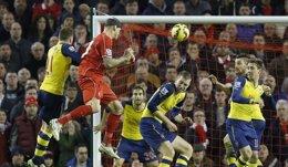 Foto: (Crónica) El Liverpool rescata un empate ante el Arsenal (REUTERS)
