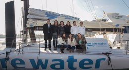 Foto: La selección de sincronizada bautizan el IMOCA 60 'We Are Water' de la Barcelona World Race (JOB VERMEULEN)
