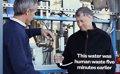 Bill Gates se atreve a beber agua destilada de heces