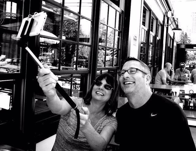 Foto: Más espacios públicos se suman a la prohibición de los selfie sticks