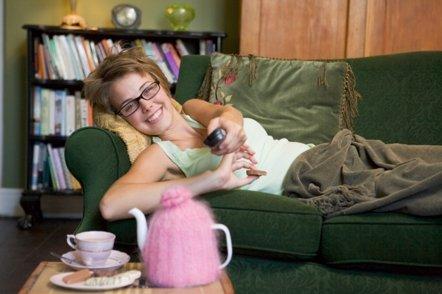 Foto: Quedarse en casa viendo la tele, el mejor arma contra la gripe (GETTY/ CATHERINE YEULET)