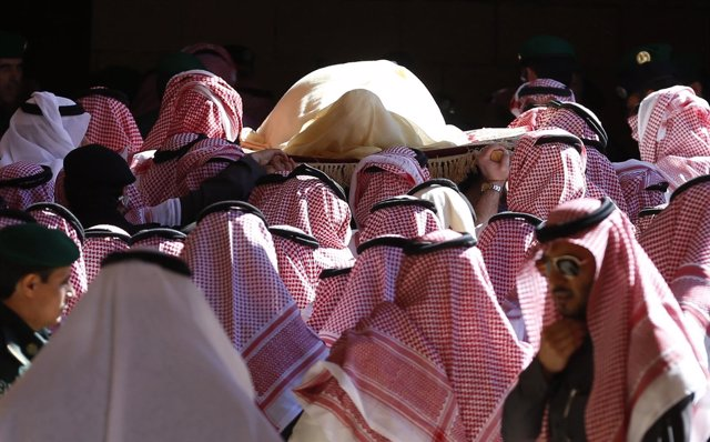 Foto: Comienza en Riad el funeral del rey Abdalá con el rezo en la mezquita del Imán Turki