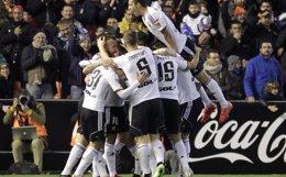 Foto: El Valencia se lleva el duelo por la 'Champions' ante un impotente Sevilla (REUTERS)