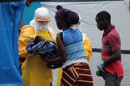 Foto: Los casos semanales de ébola caen por debajo de los 100 (MARTIN ZINGGL /MSF)