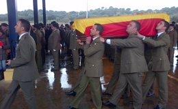 Foto: Los compañeros del cabo fallecido en Líbano arropan a la familia en el funeral en la base de Cerro Muriano (Córdoba) (EUROPA PRESS)