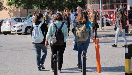 Foto: Los estudiantes están expuestos a altos niveles de contaminación durante los viajes al colegio (EUROPA PRESS)