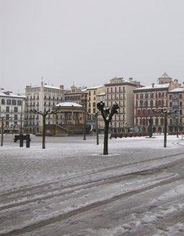 Foto: Seis quitanieves trabajan para limpiar las vías de Pamplona (EUROPA PRESS)