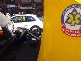 Foto: Muere un motorista de 40 años al empotrarse contra dos coches aparcados (EMERGENCIAS MADRID)