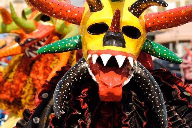 Agrupaciones y pasacalles en la 39 v trian carnavalesca 39 - Dias de apertura puerto venecia 2017 ...