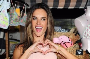 Foto: Alessandra Ambrosio, sexy y divertida, presenta los bikinis push up de Victoria´s Secret (CORDON PRESS)