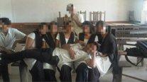 Alumnos musulmanes e hindúes posando en clase