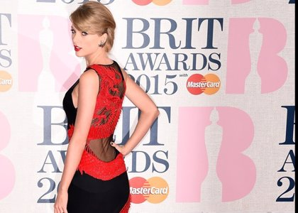 Foto: El dragón rojo de Taylor Swift, protagonista en la red carpet de los Brit Awards