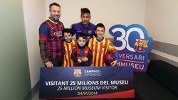 Foto: Neymar rep els visitants número 25 milions del Museu del FC Barcelona (MIGUEL RUIZ (FCB))