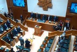 Foto: El Parlamento guarda dos minutos de silencio por Buesa y Casas (EUROPA PRESS)