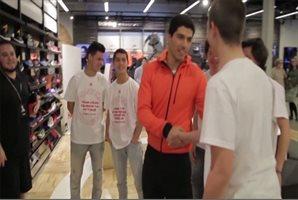 Luis Suárez sorprende a unos jóvenes en Barcelona