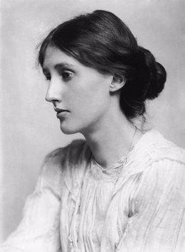Foto: Chikiar Bauer traza en una biografía un perfil complejo y vital de Virginia Woolf (WIKIPEDIA)