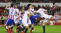 Foto: Atleti y Sevilla se alejan de sus objetivos (REUTERS)