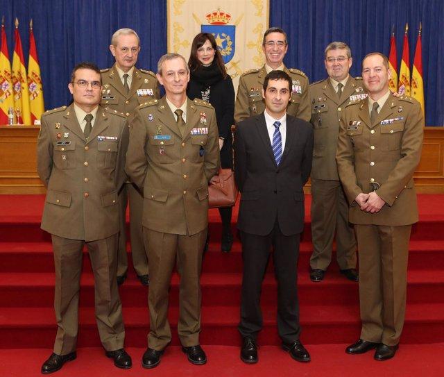 Foto: El profesor de la UPO Guillem Colom recibe el primer premio de la revista 'Ejército'