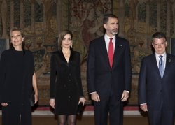 Spanish King's Felipe VI (2R), Queen Letizia (2L) pose with Colombian President