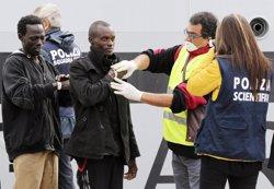 Foto: 10 immigrants morts i 500 rescatats en aigües pròximes a Sicília (ALESSANDRO BIANCHI / REUTERS)