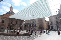 Foto: El Ayuntamiento podrá desplegar el toldo en la Plaza de la Virgen (AVAN)