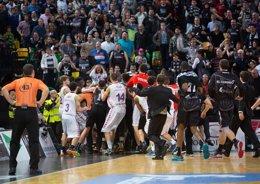 """Foto: Baskonia y Bilbao muestran su """"malestar"""" compartido (ACB MEDIA)"""
