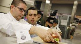 Foto: McDonald's se alía con el estrella Michelin Dani García en su nueva hamburguesa (EUROPA PRESS/MCDONALD'S ESPAÑA)