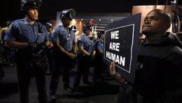 Foto: El fiscal general de EEUU amenaza con desmantelar la Policía de Ferguson (JIM YOUNG / REUTERS)