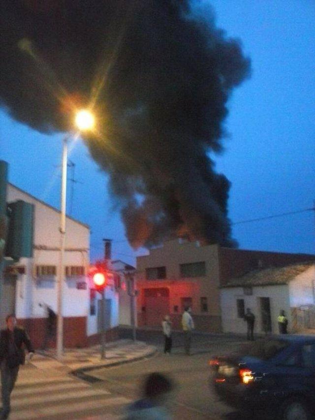 Foto: Un incendio en una nave de Picassent obliga a confinar a los vecinos en sus casas