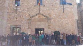 Foto: Diputación Provincial y Ayuntamiento de Cáceres se suman al minuto de silencio por el accidente aéreo (EUROPA PRESS)