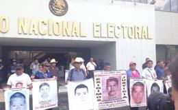 Foto: Padres de 'normalistas' se reúnen con el INE para oponerse a los comicios en Guerrero (TWITTER/@RIOSANAMA )