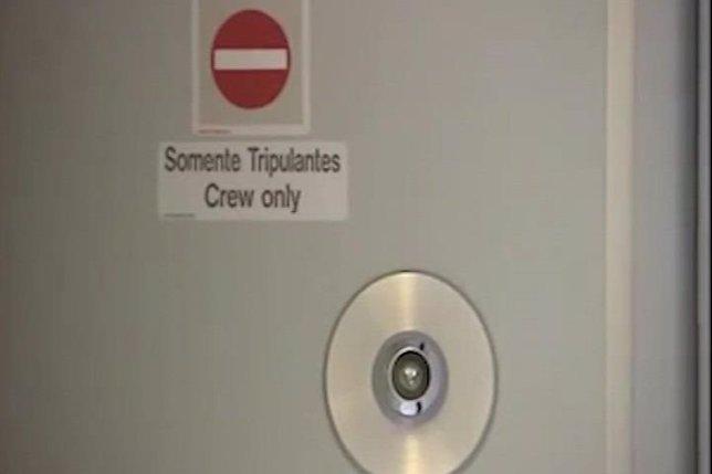Patrick S, el piloto del avi�n de Germanwings trat� de abrir la puerta de la cabina con un hacha