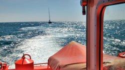 Foto: Successos.- Salvament remolca a Tarragona un veler