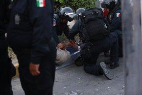 Foto: Enfrentamientos entre policías y normalistas de Ayotzinapa (JORGE LOPEZ / REUTERS)