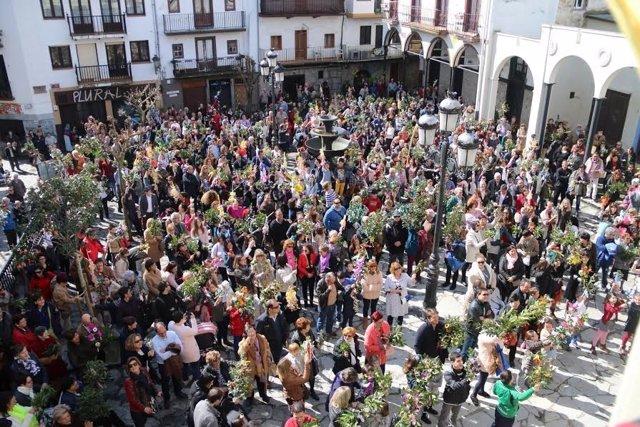 Foto: S.Cientos de laredanos se concentran en la Puebla Vieja para recibir la bendición del Domingo de Ramos