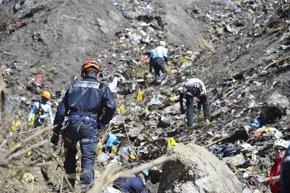Foto: La apertura de un camino facilitará la búsqueda en la zona del siniestro (MINISTERIO DEL INTERIOR DE FRANCIA)