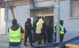 Foto: Concluye el registro en el piso de la familia detenida por yihadismo en Badalona (EUROPA PRESS)