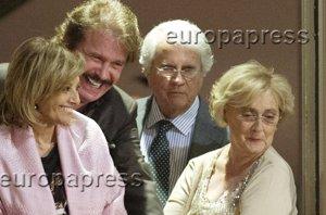 Foto: María Teresa Campos y Edmundo, muy cariñosos con la familia de testigo (RAFA ESPANA)