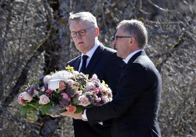 Foto: Els presidents de Lufthansa i Germanwings acudeixen al lloc de la tragèdia (JEAN-PAUL PELISSIER / REUTERS)