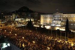 Foto: Manifestants antisistema entren al Parlament grec (YANNIS BEHRAKIS / REUTERS)