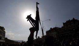 Foto: Los huthis entran con un convoy militar en Adén (REUTERS)